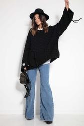 Czarny sweter z naszytą kieszenią i frędzlami