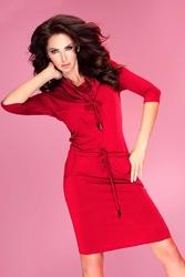 Czerwona sukienka ołówkowa z golfem wiązana w pasie