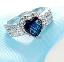 Posrebrzany pierścionek z serduszkiem cyrkoniowym chabrowym