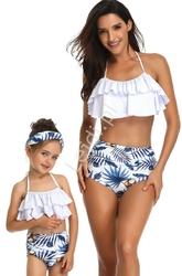 Bikini mama i córka z listkami palmowymi oraz kokosami