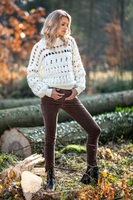 Ecru krótki sweter z dziurami
