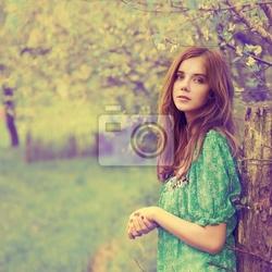 Obraz archiwalne zdjęcie pięknej dziewczyny na wiosnę