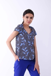 Niebieska klasyczna bluzka z ozdobnym dekoltem v