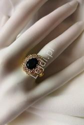 Posrebrzany pierścionek w złotym kolorze z dużym niebieskim kryształkiem
