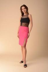 Ołówkowa spódnica z rozporkiem na boku - różowa