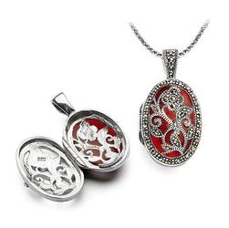 Staviori wisiorek, otwierany czerwony medalion z miejscem na zdjęcie. emalia. markazyty. srebro 0,925. wymiary 22x17 mm. długość 30 mm