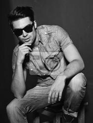 Obraz vintage, stylizowane czarno-białe zdjęcie z młodych modelu męskiego