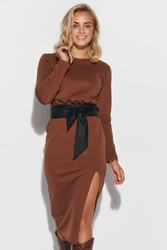 Dopasowana sukienka z wiązanym paskiem - brązowa