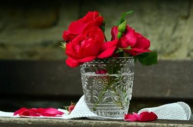 Fototapeta róże w ozdobnym flakonie fp 520