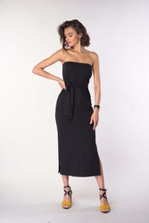Czarna prosta sukienka midi z odkrytymi ramionami