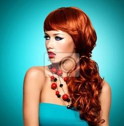 Obraz piękna zmysłowa kobieta z długimi czerwonymi włosami