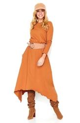 Kamelowa dresowa sukienka z asymetrycznym dołem