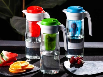 Dzbanek do wody  do zimnych napojów szklany z wkładem altom design 1,4 l – mix kolorów