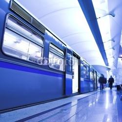 Obraz na płótnie canvas dwuczęściowy dyptyk Niebieski szybki pociąg zatrzymać na platformie hali