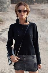 Czarny lekki sweter z ozdobnymi oczkami