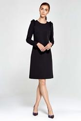 Czarna sukienka trapezowa z falbankami na ramionach