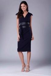 Granatowa elegancka ołówkowa sukienka midi z zaznaczoną talią