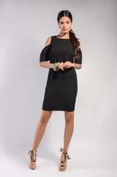 Czarna prosta sukienka z odkrytymi ramionami