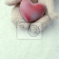 Obraz kobieta ręce w rękawicach z czerwonym sercem, zbliżenie