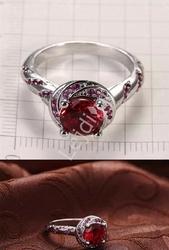 Posrebrzany pierścionek z czerwonymi cyrkoniami
