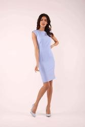 Błękitna elegancka sukienka bez rękawów o dopasowanym fasonie