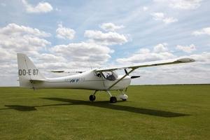Fototapeta na ścianę bialy samolot na trawie fp 2358