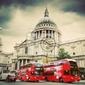 Fototapeta katedra świętego pawła w londynie, wielka brytania. czerwone autobusy, styl vintage.
