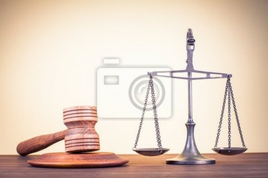 Obraz wagi prawa, sędzia młotek na stole. symbol sprawiedliwości