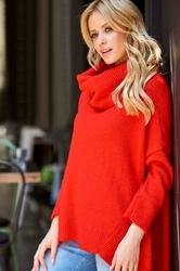 Czerwony luźny sweter z golfem z wydłużonymi bokami