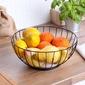 Koszyk metalowy  druciany na owoce z drewnianą podstawką altom design okrągły