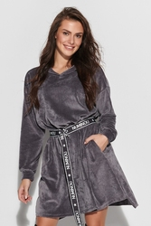 Rozkloszowana sukienka welurowa z logowanym paskiem - stalowa