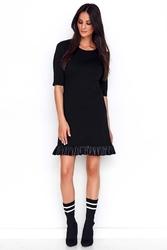 Czarna prosta sukienka dzianinowa z falbanką z eko-skóry