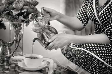 Fototapeta pani nalewająca do filiżanki herbatę fp 1116