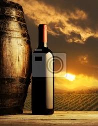 Plakat butelkę czerwonego wina o zachodzie słońca
