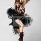 Plakat rocznika. styl retro. podekscytowana kobieta skacze z radości. antyczny