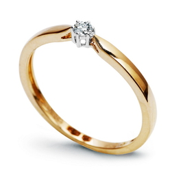 Staviori Pierścionek. 1 Diament, szlif brylantowy, masa 0,06 ct., barwa H, czystość SI2. Żółte, Białe Złoto 0,585. Średnica korony ok. 3 mm. Wymiary 3 mm. Szerokość obrączki ok. 1,5 mm.
