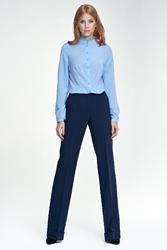 Granatowe spodnie z rozszerzanymi nogawkami z mankietem