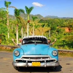 Obraz na płótnie canvas trzyczęściowy tryptyk szczęśliwi europejscy seniory w oldtimer samochodzie w vinales, kuba