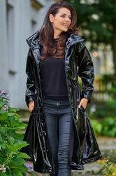 Czarny winylowy płaszcz z wysokim kołnierzem