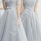 Szara sukienka tiulowa z ramiączkami opadającymi na ramiona andrea