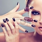 Obraz blond modelka z bordowym manicure