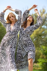 Subtelna maxi sukienka z motywem zebry
