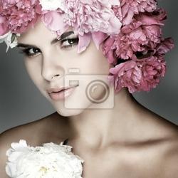 Obraz piękna młoda dziewczyna z różowe kwiaty