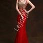 Czerwona koronkowa sukienka z trenem zdobiona kryształkami