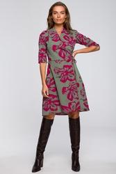 Rozkloszowana sukienka kopertowa z wzorem- model2