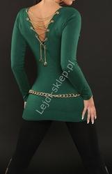 Butelkowo zielony seksowny sweter z dekoltem typu woda, zdobiony złotym łańcuszkiem na plecach