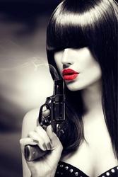 Fototapeta kobieta z bronią 159p