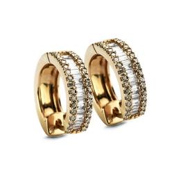 Staviori Kolczyki. 68 Diamentów, szlif brylantowy, masa 0,13 ct., barwa H-J, czystość SI2-I1. 28 Diamentów, szlif bagieta, masa 0,60 ct., barwa H-J, czystość SI2-I1. Żółte Złoto 0,585. Wymiary 4x10 mm.
