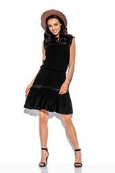 Czarna sukienka o luźnym kroju z koronką