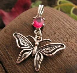 Motylek - srebrny wisiorek z rubinem
